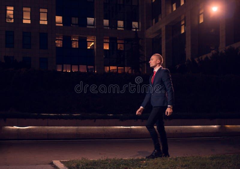 Ein gehender Geschäftsmannanzug des jungen erwachsenen Mannes, formelle Kleidung, übertreffen stockfotografie