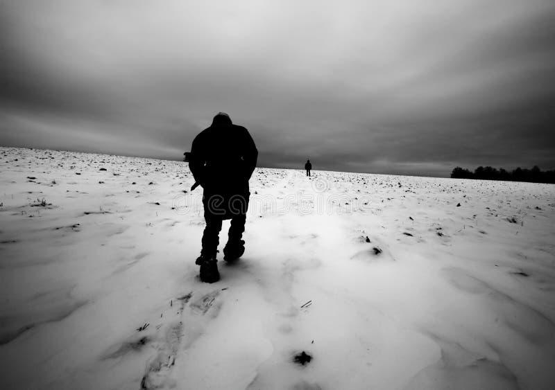 Ein gehendes Feld des Mädchens in Richtung zu einem Mann stockfotografie
