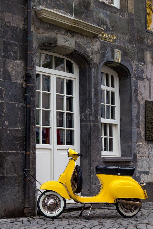 Ein gelber Retrostilmodellroller in Essen lizenzfreies stockfoto