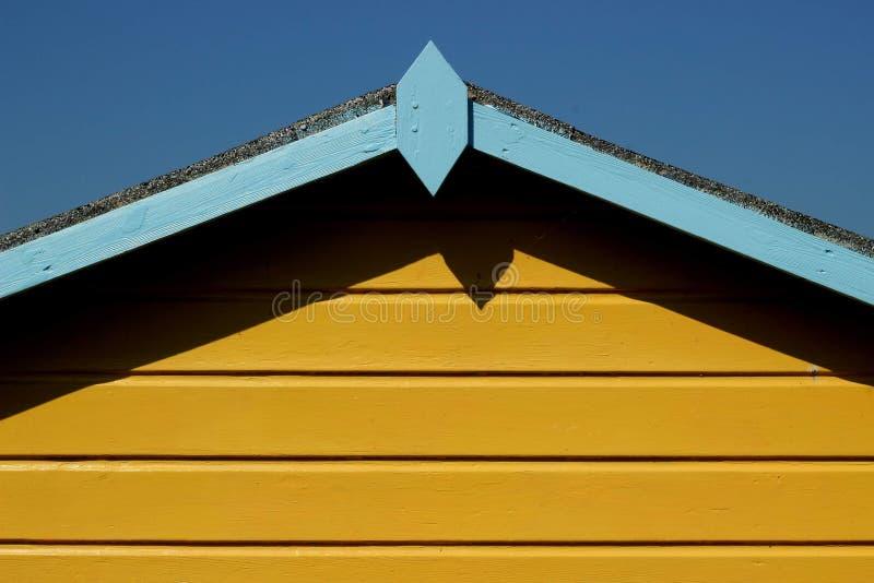 Ein gelber Strand gegenüber einem hellblauen Himmel stockfotos