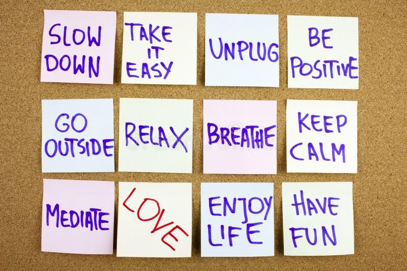 Ein gelbes klebriges Anmerkungsschreiben, Titel, Aufschrift Verlangsamung, nehmen einfachen ir ist Positiv gehen draußen sich zu stockbild