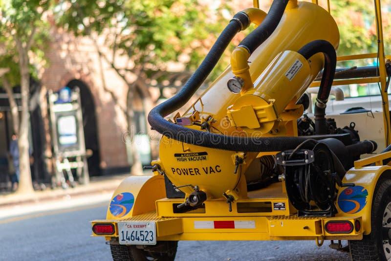 Ein gelbes Straßenmachtvakuum in Santa Monica, LA lizenzfreie stockfotografie