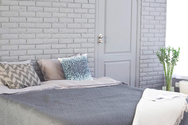 Ein gemütliches Schlafzimmer mit einem großen Bett lizenzfreie stockbilder
