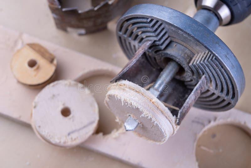 Ein Gerät für die Herstellung von Löchern im Holz Schreinereizusätze für DIY-Enthusiasten lizenzfreie stockbilder