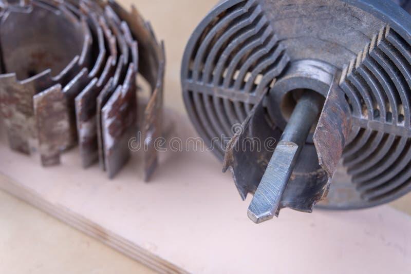 Ein Gerät für die Herstellung von Löchern im Holz Schreinereizusätze für DIY-Enthusiasten stockfotografie