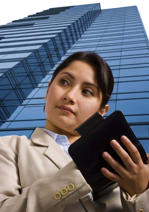 Ein Geschäftsfrau-Schreiben in einem persönlichen Organisator stockfotografie