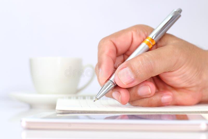 Ein Geschäftsmann, der einen Stift und einen Touch Screen eines beweglichen pho hält lizenzfreie stockbilder