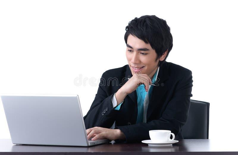 Ein Geschäftsmann, der mit Laptop arbeitet stockbild
