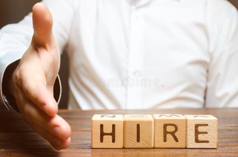 Ein Geschäftsmann hält heraus seine Hand, um Hände zu rütteln und damit einverstanden zu sein, vor dem hintergrund der Wortmiete  stockfotografie