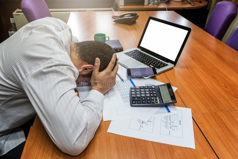 Ein Geschäftsmann hatte Krise und Traurigkeit lizenzfreies stockbild