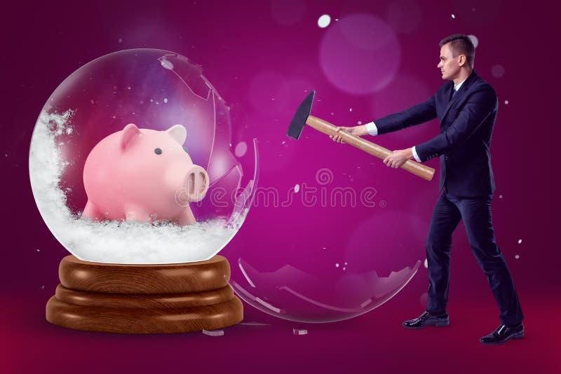 Ein Geschäftsmann mit einem Hammer in seinen Händen, die eine große Glaskugel mit einem Sparschweininnere auf einem purpurroten H lizenzfreie abbildung