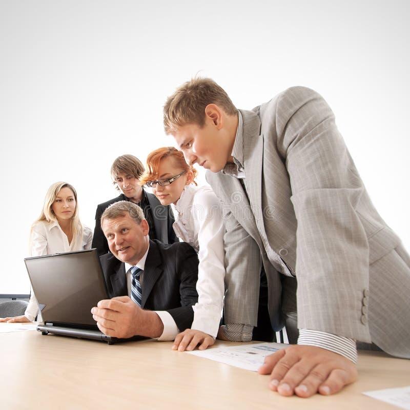 Ein Geschäftsteam arbeitet zusammen an einem Projekt stockfoto