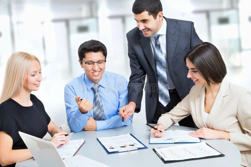 Ein Geschäftsteam der Arbeit mit vier Plänen stockbilder