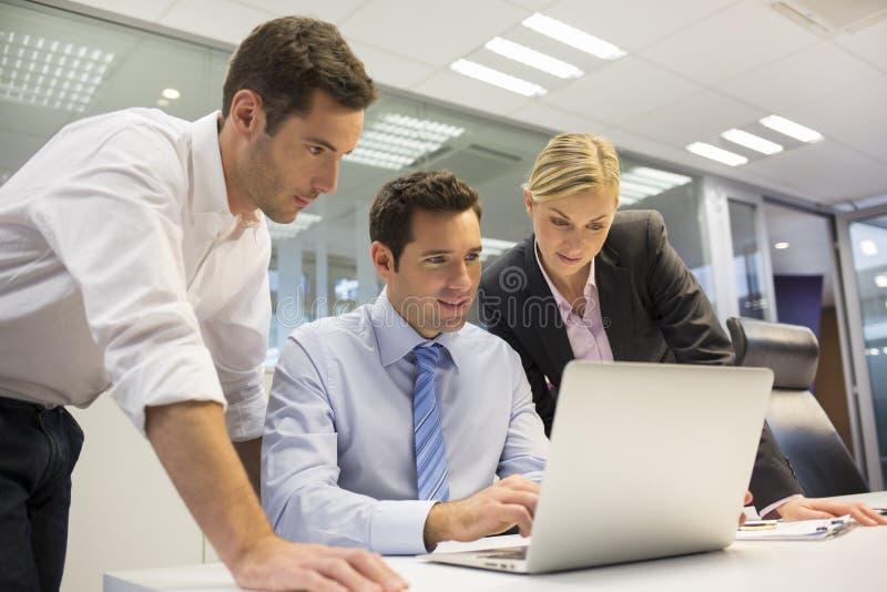 Ein Geschäftsteam von drei im Büro und in der Planungsarbeit lizenzfreies stockbild