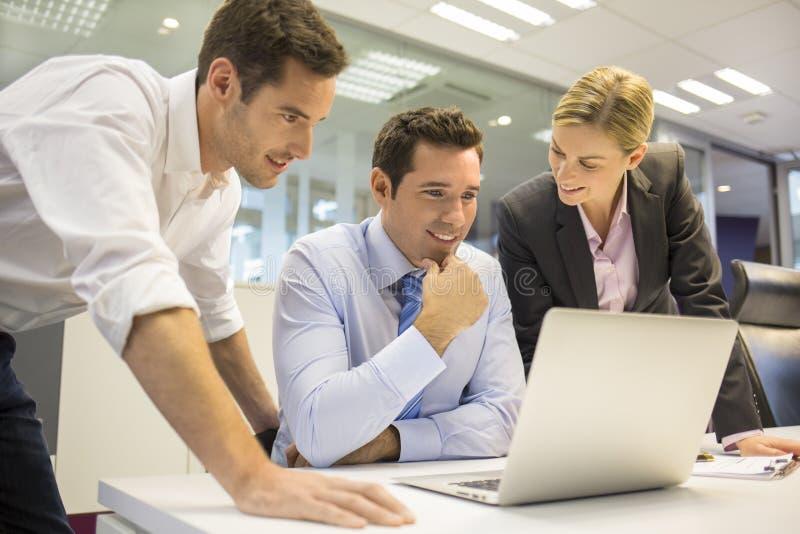 Ein Geschäftsteam von drei im Büro und in der Planungsarbeit stockfotografie