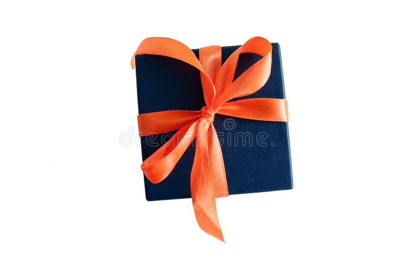 Ein Geschenk auf einem weißen Hintergrund lizenzfreies stockfoto