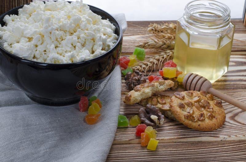Ein gesunder FrühstücksHüttenkäse sind am Schwarzblech auf dem hölzernen Hintergrund stockfotos
