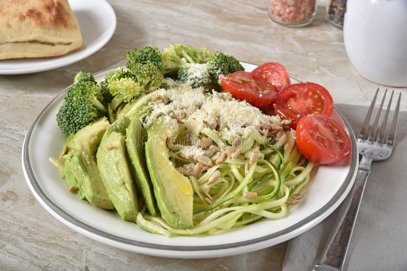 Ein gesunder Salat von Julienne suzzhini, von Brokkoli, von Tomaten, von Brokkoli und von Sonnenblumensamen lizenzfreie stockfotos