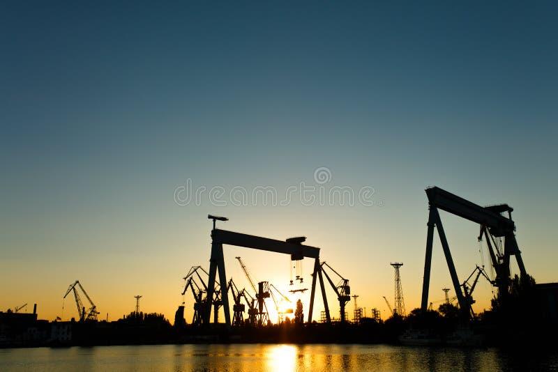 Ein Getreidespeicher im Hafen bei Sonnenuntergang lizenzfreies stockbild