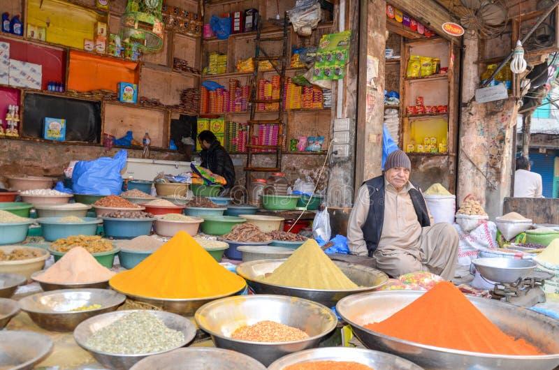 Ein Gewürz-Shop in der Lebensmittel-Straße, Lahore, Pakistan lizenzfreie stockbilder