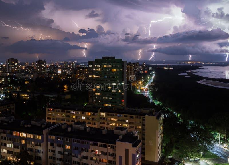 Ein Gewitter über der Stadt lizenzfreies stockfoto