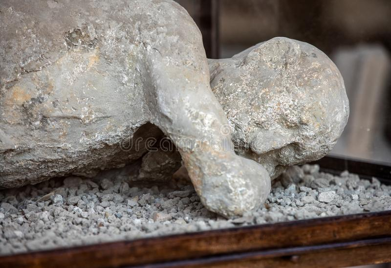 Ein Gipsabdruck eines Mannes in seine letzten Momente Pompeji, lizenzfreie stockfotografie