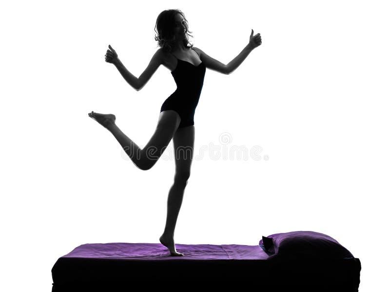 Glücklicher Daumen der Frau, der oben auf Bettschattenbild steht lizenzfreie stockbilder