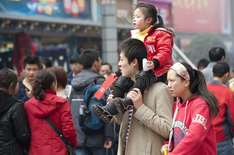 Ein glücklicher Familiendurchlauf durch eine verkehrsreiche Straße lizenzfreies stockfoto