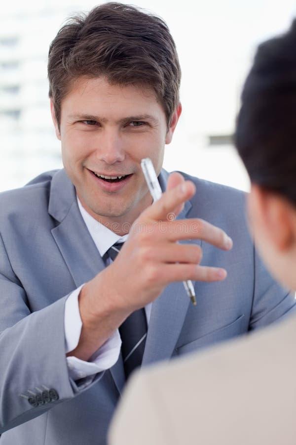 Ein glücklicher Manager, der einen weiblichen Bewerber interviewt stockfotografie