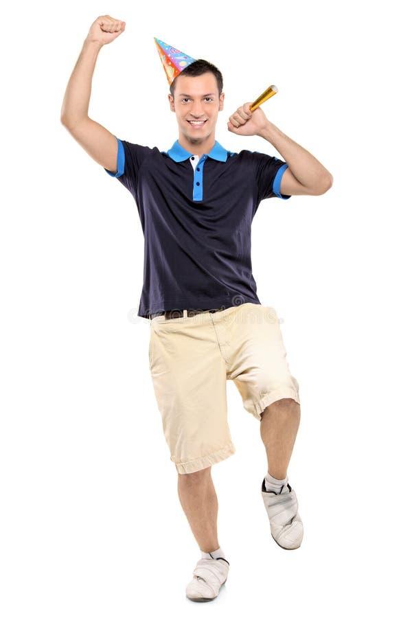 Ein glücklicher Mann, der einen Partyhut trägt lizenzfreie stockbilder