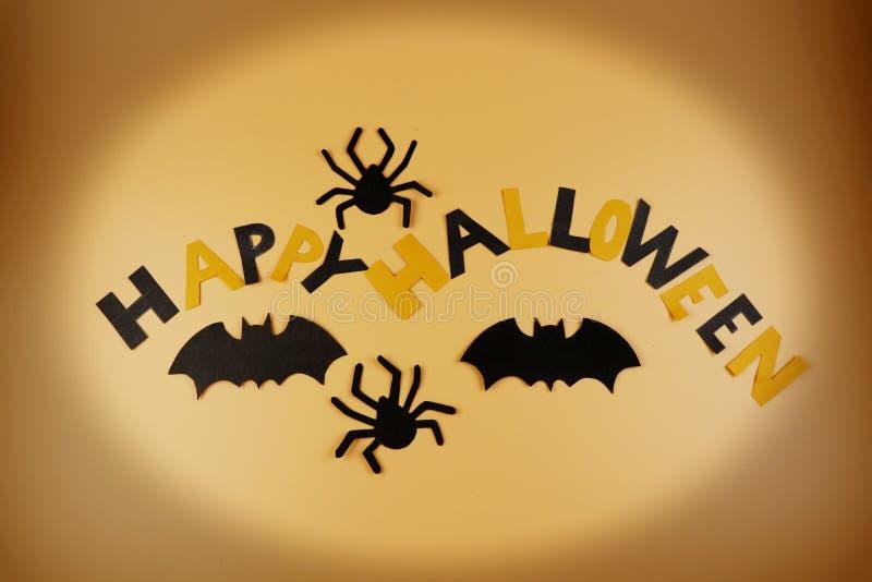 Ein glückliches Halloween mit zwei schwarze Spinnen- und zwei Schwarzenschlägern hergestellt vom Papier Dieser wonderfull Feierta stockbilder