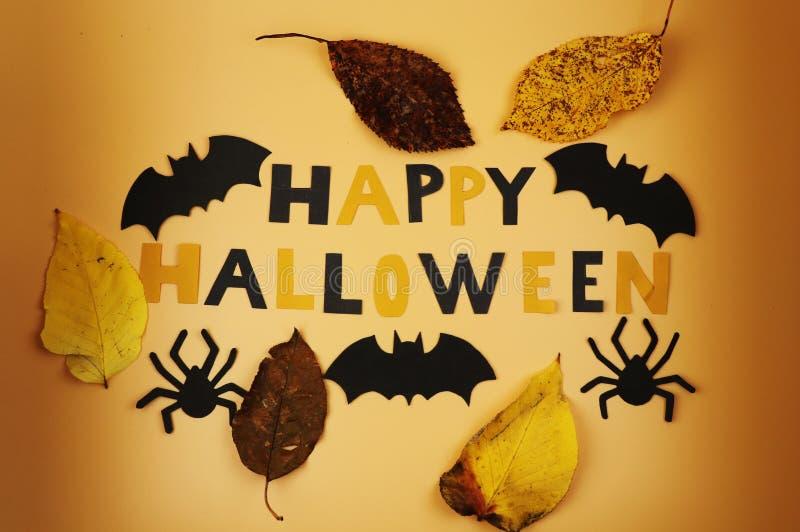 Ein glückliches Halloween-Zeichen mit einigen Schwarzschlägern und -spinnen Trick oder Behandlung Amerikanischer Feiertag Herbstl stockbilder