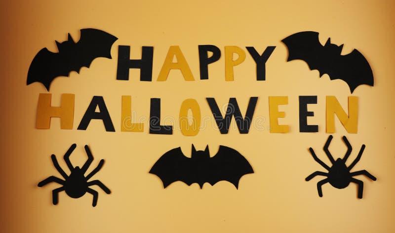Ein glückliches Halloween-Zeichen mit einigen Schwarzschlägern und -spinnen Trick oder Behandlung Amerikanischer Feiertag Hexen u lizenzfreie stockfotografie
