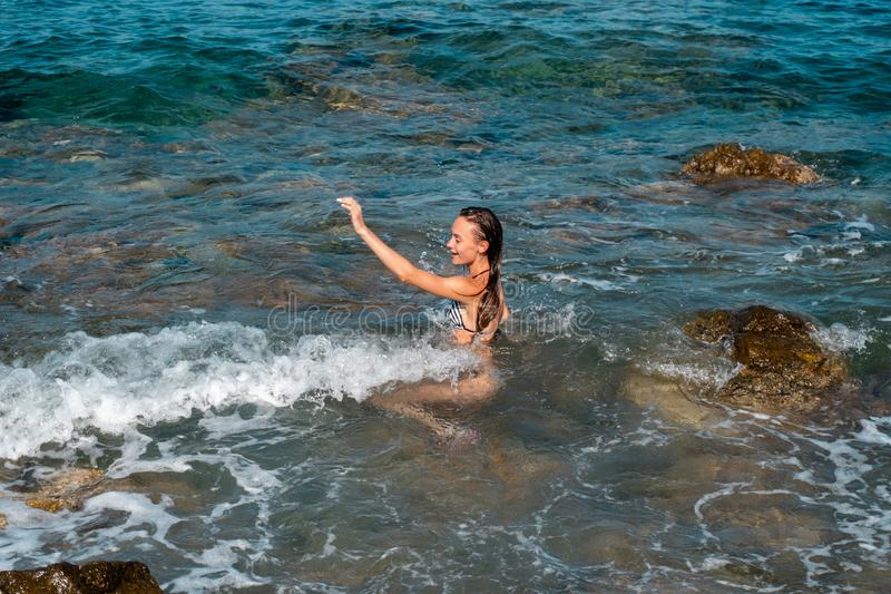 Ein glückliches junges Mädchen am Seestrand lizenzfreies stockfoto