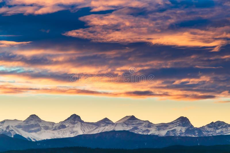 Ein glühender Sonnenuntergang über Kananaskis-Land, Kanadier Rocky Mountains stockfotografie