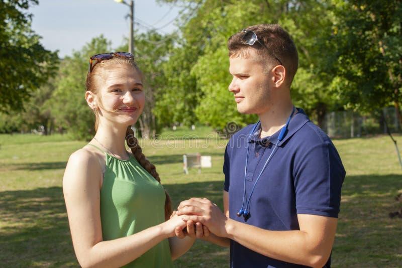 Ein gl?ckliches junges Paar, das ist zu k?ssen lizenzfreies stockfoto