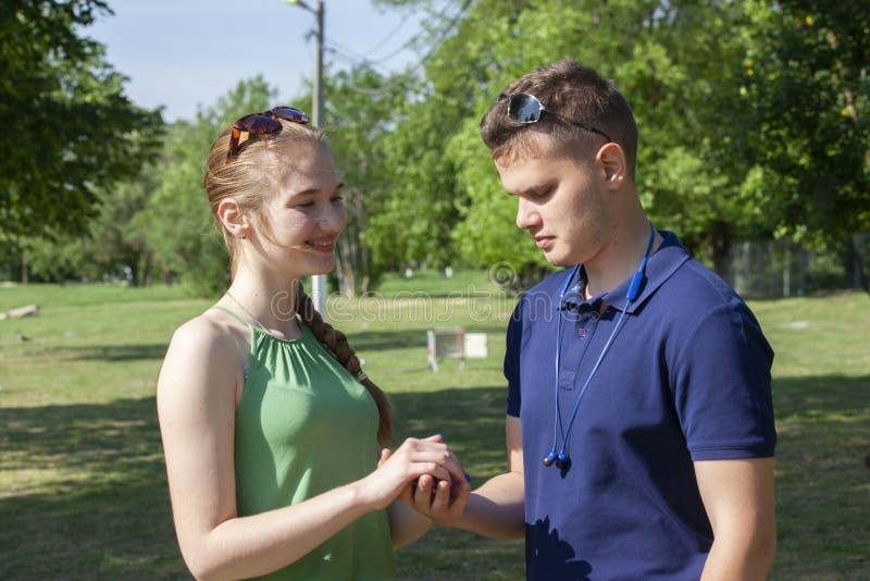 Ein gl?ckliches junges Paar, das ist zu k?ssen lizenzfreie stockbilder