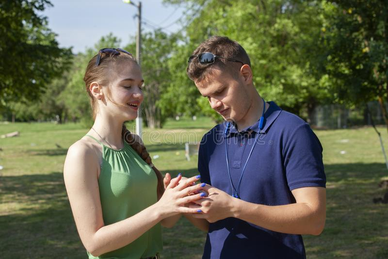 Ein gl?ckliches junges Paar, das ist zu k?ssen lizenzfreie stockfotografie