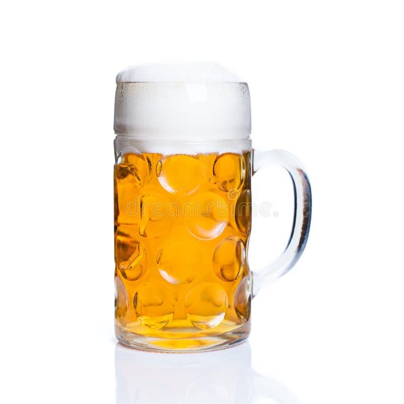 Ein Glas Bier auf lokalisiertem Hintergrund lizenzfreie stockfotos