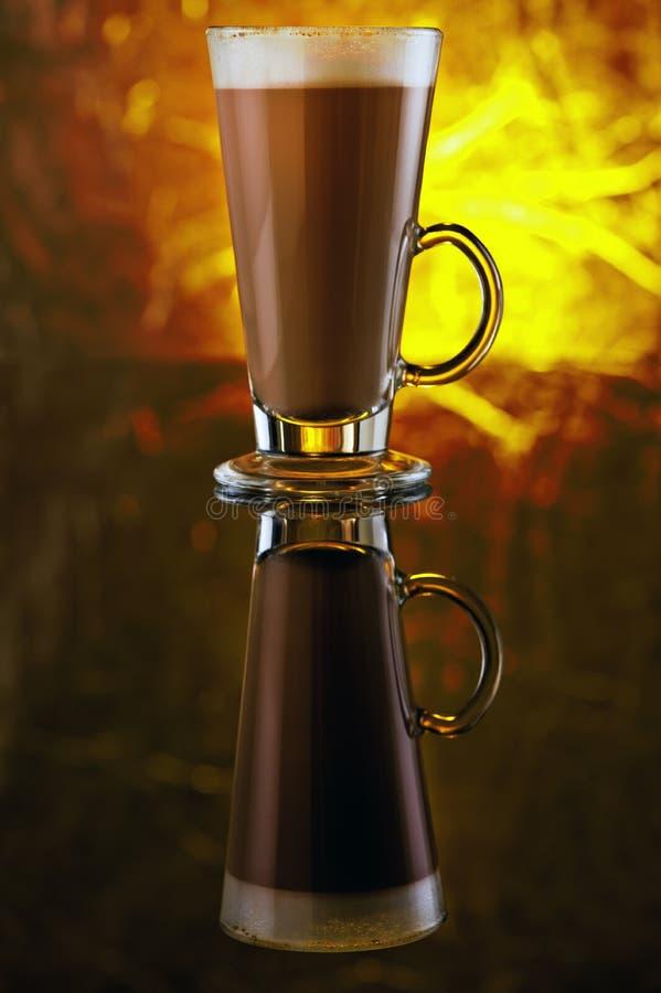 Ein Glas Cappuccino auf einer schwarzen Tabelle stockfoto