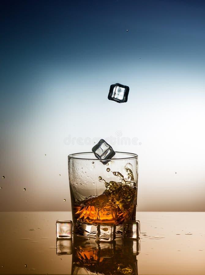 Ein Glas des schottischen Whiskys mit Spritzen und Eis stockbild