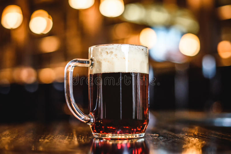 Ein Glas dunkles Bier auf Zähler lizenzfreies stockbild