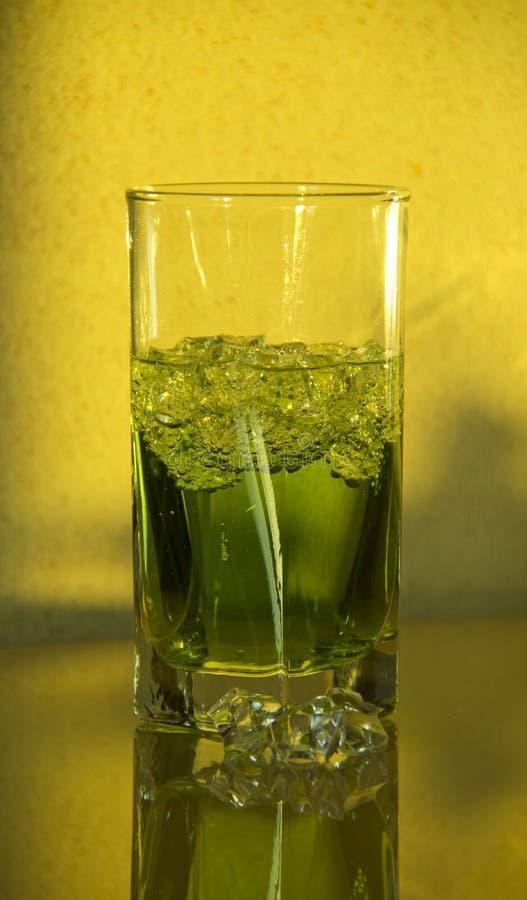Ein Glas Estragon stockbilder