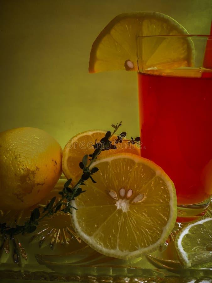 Ein Glas frisch zusammengedrückter Saft mit einer Scheibe der Zitrone stockfotos