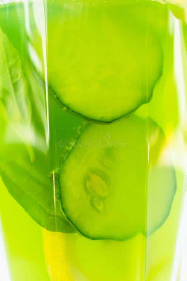 Ein Glas gesunder grüner Saft von der Gurke, Zitrone verziert mit Basilikumblättern Konzepte nähren Auffrischungsgetränk des nütz stockfotos