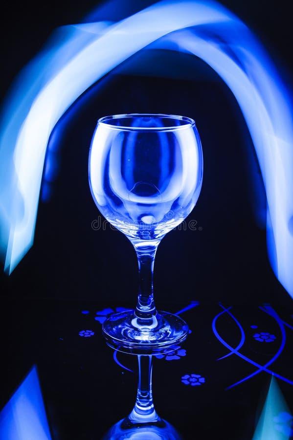 Ein Glas im schönen Blaulicht stockbilder