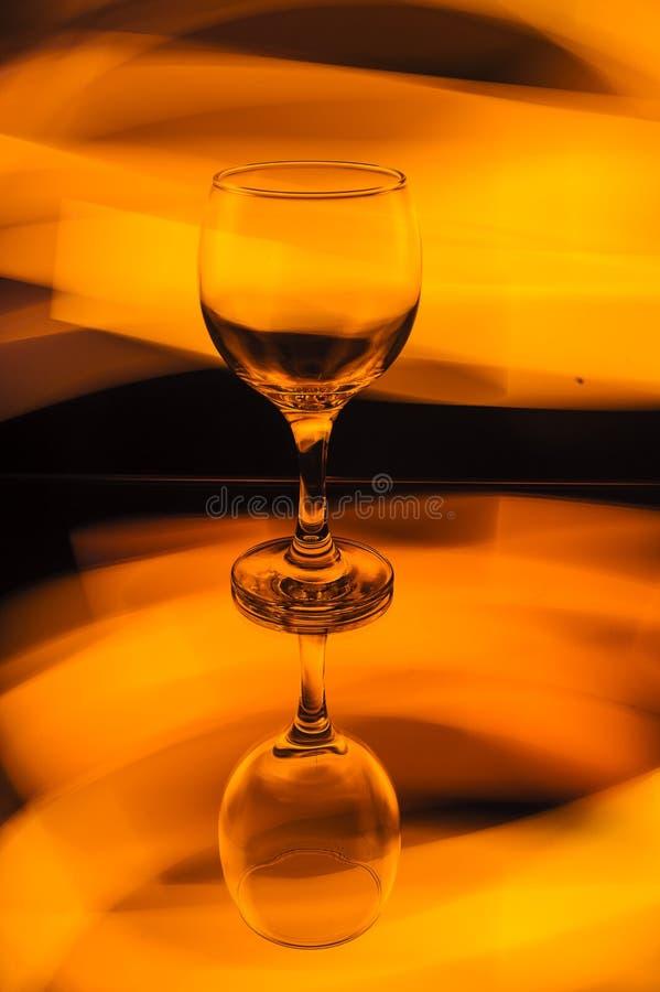 Ein Glas im schönen orange Licht stockbild