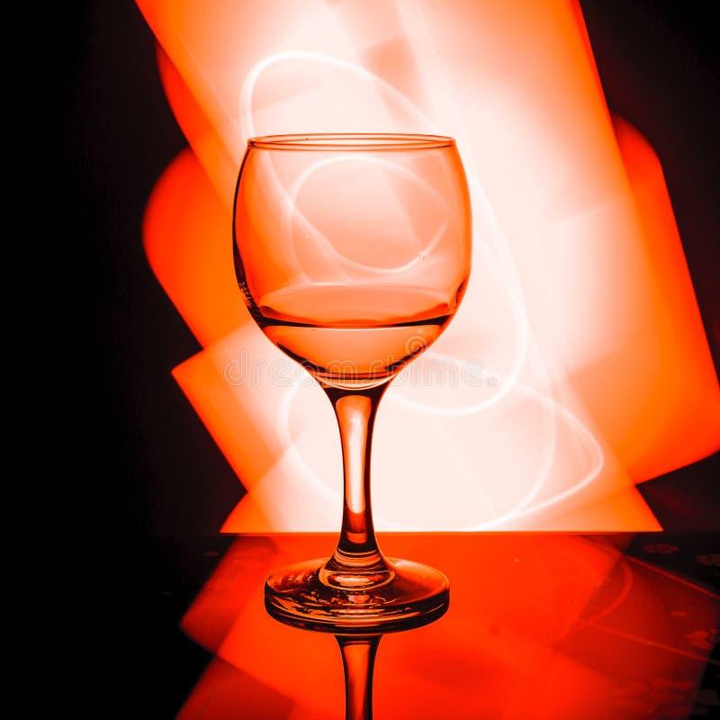 Ein Glas im schönen roten Licht stockfoto