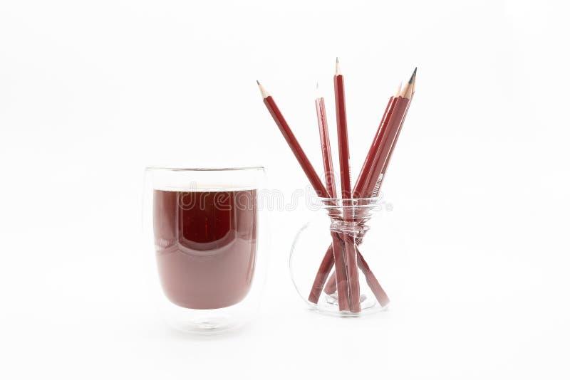 Ein Glas Kaffee und Bleistifte, auf einem weißen Hintergrund stockbilder
