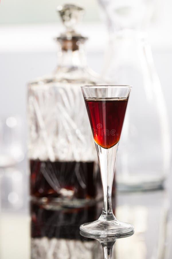 Ein Glas Kirschlikör stockbilder